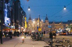 #amsterdam 這麼難得出國,又這麼難得來到歐洲,阿姆斯特丹又這麼漂亮,怎能不試試在這裡夜踩的感覺。今晚我們早點食飯,休息了一會,大概9點半我自己一個出發,隨意周圍踩一下和拍照。原本還擔心會不會夜晚出去有點危險,不過其當我一落樓下就見到有一位亞洲面孔的女生也在踩的時候,就立即覺得自己不用那麼小膽吧:) 入夜之後周圍都是燈光。我的單車就泊在這條Damrak 大街,前面盡頭的是中央車站。 以下的照片全都是我自己一個人踩,一個人拍。 #netherland #holland #travel #bike