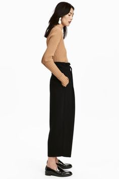 Wide, high-waisted trousers in woven fabric with a tie belt, zip fly and concealed hook-and-eye fastening. Pleats at the top, concealed pockets in the side