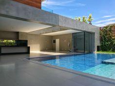 Detalhe de piscina que entra na sauna com paredes em vidro para integra-la totalmente com a área de lazer!