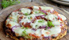 Low-Calorie Cauliflower Crust Pizza: Gluten Free, Paleo and Diet Pizza Recipe. 250 cals per half a pizza! Pizza Paleo, Diet Pizza, Gluten Free Pizza, Pizza Food, Pizza Pizza, Pizza Dough, Low Calorie Recipes, Diet Recipes, Cooking Recipes