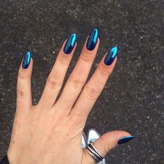 This nail look is achieved with a chrome powder manicure nails nailpolish style beauty # Powder Manicure, Nail Manicure, Black Nail Art, Black Nails, Shiny Nails, Fun Nails, Chorme Nails, Pretty Gel Nails, Chrome Powder