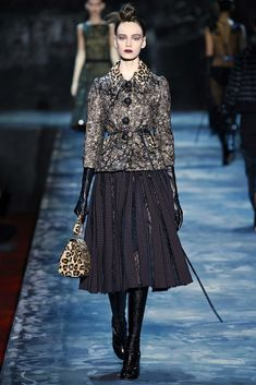 See all the Collection photos from Marc Jacobs Autumn/Winter 2015 Ready-To-Wear now on British Vogue Fashion Week, Runway Fashion, High Fashion, Fashion Show, Fashion Design, Marc Jacobs, Vogue, Diana Vreeland, Retro Stil