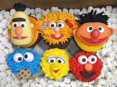 Sesame Street cakes and cupcakes The Ernie cupcake in particular is incredibly accurate. Cupcakes Nouveau - we salute you!The Ernie cupcake in particular is incredibly accurate. Cupcakes Nouveau - we salute you! Sesame Street Birthday Cakes, Sesame Street Cupcakes, Sesame Street Cake, Disney Cupcakes, Kid Cupcakes, Yummy Cupcakes, Cookie Monster Cupcakes, Cupcakes Design, Cake Wrecks
