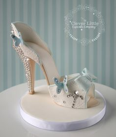 Cinderella style shoe cake topper by The Clever Little Cupcake Company (Top Model Torte) Shoe Cupcakes, Cupcake Cakes, Shoe Box Cake, High Heel Cakes, Paper Shoes, Cinderella Shoes, Fondant Figures, Gorgeous Cakes, Shoe Art
