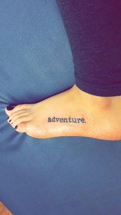 tatuaje en el pie con la palabra adventure