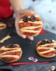 For a crunchy and spooky appetizer ! - Recipe Appetizer : Halloween flaky mummies by PetitChef_Official Easy Sugar Cookie Frosting, Easy Sugar Cookies, Ginger Cookies, Yummy Cookies, Pumpkin Breakfast Cookies, Pumpkin Cookies, Biscuits Halloween, Pizza Rapida, Best Thanksgiving Appetizers