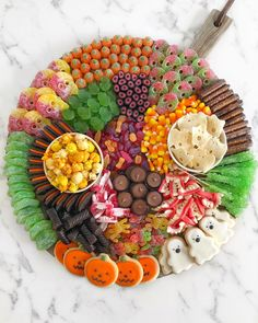 Halloween Charcuterie Platter by ainttooproudtomeg Halloween Desserts, Fete Halloween, Halloween Food For Party, Halloween Candy, Holidays Halloween, Snack Platter, Party Food Platters, Dessert Platter, Party Trays