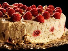 Semifreddo marengskake med bær og sjokoladesaus