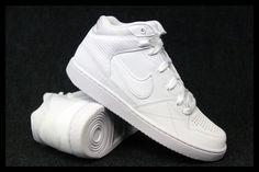 Męskie buty firmy Nike wykonane z wysokiej jakości materiałów co gwarantuje wygodę i komfort użytkowania. Wewnątrz zastosowano bardzo dobrej jakości materiał tekstylny aby poprawić wygodę noszenia buta. Podeszwa wykonana z materiału syntetycznego trwała i odpowiednio giętka. Doskonale dopasowuje się do kształtów stopy, buty wiązane klasycznie.  #butysportowe #nike #męskie #puma #reebok #adidas #męskiebuty #półbuty
