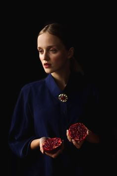 Sonia Szóstak :: Classic Portrait II, 2011 - woman with pomegranate (Flemish painting style) Art Photography Women, Fruit Photography, Conceptual Photography, Photography Portfolio, Portrait Photography, Paint Photography, Modern Photography, Underwater Photography, Amazing Photography