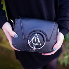 ⚡ HARRY POTTER - Deathly Hallows Clutch Now you look at this bag 🖤 As an absolute Harry Potter fan, I had the Deathly Hallows -Clutch necessarily have! Pokemon Mew, Harry Potter Deathly Hallows, Mountain Tattoo, Harry Potter World, Leg Tattoos, Best Memes, Pin Collection, Hogwarts, Tattoos For Women