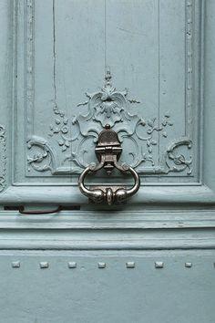 Couleur mur du fond palier Michel + peindre porte du cagibis Bureau maxime mur de la fenêtre ? + faire tour de fenêtre noir ?