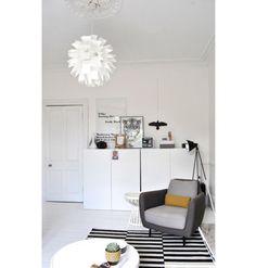 A inspiração escandinava da casa da blogueira Deborah, do Ollie & Sebs Haus, é evidente. Entre o mobiliário está a luminária Norm 69, um dos clássicos da marca Normann Copenhagen.