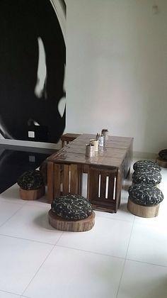 Mesa de atividades, feita com tampo de madeira, caixotes de feira como os pés da mesa e tromco de madeira como bancos. Table, Furniture, Home Decor, Activity Tables, Crate, Wooden Chest, Safari Party, Crates, Woodwind Instrument