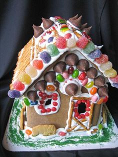 candy houses- obviously not Christmas themed- walls made out of rice krispie treats or fruity pebbles treats- things like Necco wafers for roof tiles- could extend it into a scene with ice cream cone trees Rice Krispie Treats, Rice Krispies, Fruity Pebbles Rice Crispy Treats Recipe, Necco Wafers, Christmas Themes, Holiday Crafts, Cone Trees, Candy House, Roof Tiles