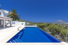 piscina infinity con gresite azul marino. #javea #infinitypool #luxurypool #luxury #wellness
