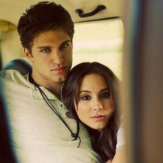 Keegan Allen and Troian Bellisario Pretty Little Liars couple Spencer and Toby (love pll! Gossip Girl, Pretty Little Liars Actrices, Spencer And Toby, Spencer Pll, Lying Game, Pretty Little Liers, Shadowhunters, Julian Morris, Spencer Hastings