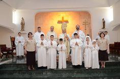 P. Luis Montes, IVE (sacerdote de la derecha), junto al Sr. Obispo de Bagdad y los niños que hicieron su primera comunión este año en la catedral latina de Bagdad