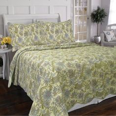 Indulge in dreams of tropical adventures with this Rainforest Garden quilt set, which features a pattern of vines, branches and flowers in hues of blue and green. The set comes with a cozy quilt and t
