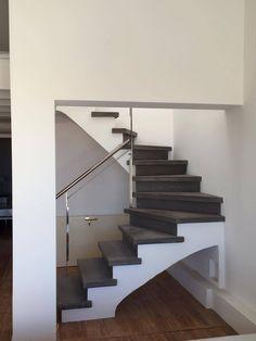 - Escalier béton teinté gris anthracite - 2/4 tournant - Nez de marche carré - Garde corps métallique - Voûte sarrasine plâtrée