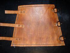 Bracelete feito em couro, com costura manual e com fechamento com fivelas.