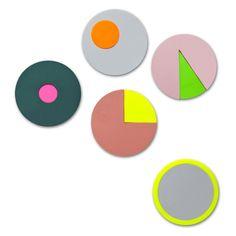 Kule klistrelapper fra danske Hay i samarbeid med Scholten & Baijings.  Bruk til å merke, eller fremheve spesielle sider i magasiner, bøker ++  Design: Hay / Scholten & Baijings Type: Klistrelapper Farge: Multifarger Materiale: plastikk Mål: dia 5,5 cm
