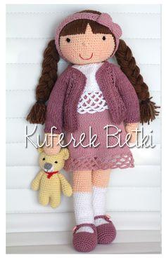 Tessa - zabawka wykonana ręcznie na szydełku. Lalka ubrana jest w sukienkę, sweterek oraz szydełkowane buciki.  Wielkość lalki : około...
