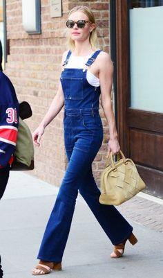 Fashionprofi Kate Bosworth trägt gefühlte 100 Trends auf einmal: Hose mit Schlag und Latz.