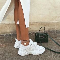 Shoes | White shoes | White sneakers | Sneakers | Dad sneakers | Chunky sneakers | White dress | Green bag | Crossbody bag | Hand bag | Bracelet | Spring outfit | Witte sneakers | Witte schoenen | Groene tas | Crossbody tas | Handtas | Witte jurk | Inspiration | More on Fashionchick
