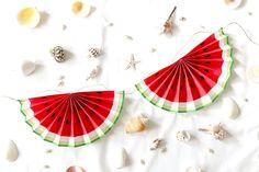 夏のお部屋の飾り付けやパーティー演出にもぴったりな、ペーパファンで作る!スイカガーランドの作り方をご紹介します!予めスイカの絵柄がデザインされた素材を使用していただくことで、簡単に手作りできるようになっています。