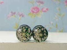 Tunnels echte Blumen Blüten weiß dunkelgrün Plugs  von HinterdensiebenBergen auf DaWanda.com