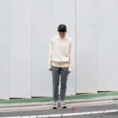 こちらは『ニット大きめパンツ細め』パターン。 女性はこのスタイルがハマるのではないでしょうか。 何と言っても大きめニット着てる女の子は可愛いですからねー。笑  ニットスウェット、女性は大体Sサイズを買う方が多いですが、 これはあえてのMサイズ着用です。 Mにすると、袖が結構長くなりますね。あとは裾も長めに、首の開きもゆったりします。  ぴったりサイズではなくゆるっと着たい方は女性でもMサイ...