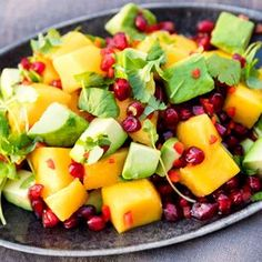 This colorful and refreshing mango salad is superb as an accessory for salmon, k … – Healthy Foods Healthy Dessert Recipes, Clean Eating Recipes, Healthy Eating, Mango Salat, Canned Blueberries, Grilling Sides, Food Porn, Good Food, Yummy Food