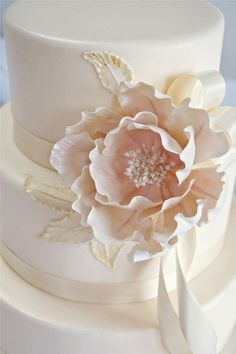 Water is the best adhesive for fondant, but with a piece additional support fron toothpicks is important Beautiful Wedding Cakes, Gorgeous Cakes, Pretty Cakes, Amazing Cakes, Bolo Chanel, Bolo Floral, Floral Cake, Sugar Paste Flowers, Cupcakes Decorados