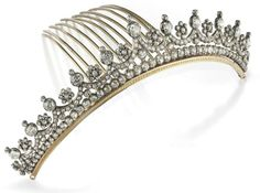 ANTIQUE TIARA IN BRILLIANT formed by a festoon pattern in old mine cut diamonds and brilliant cut old with bright flowers in old-cut rests on a line cut diamonds old comb in gold, beginning of 1900 Hair Jewels, Crown Jewels, Diamond Tiara, Diamond Cuts, Diamond Jewellery, Royal Jewelry, Gold Jewelry, Antique Jewelry, Vintage Jewelry
