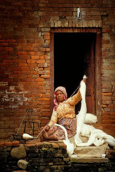 Weaving - Charkha, Nepal by Pelicanh Spinning Yarn, Hand Spinning, People Around The World, Around The Worlds, Monte Everest, Nepal Kathmandu, Himalaya, Marcel Proust, Travel Posters