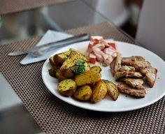 Vepřová panenka naložená v česneku a rozmarýnu s pečenými brambory na kmíně