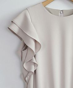 Cream dress s hirt Office Outfits, Casual Outfits, Mode Plus, Fashion Details, Fashion Design, Mode Style, Pulls, Dress Patterns, Blouse Designs