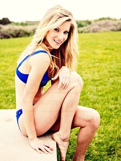 How is it possible to be THAT gorgeous? Yeah, really!! I can almost die now that I've seen Hemo in a bikini! SKIIIINNNNN!!