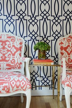 Wallpaper is coming back in design in a big way. These five wallpaper trends are the most popular trends is home design right now. Pink Chandelier, Interior Decorating, Interior Design, Blog Deco, Of Wallpaper, Trellis Wallpaper, Geometric Wallpaper, Trendy Wallpaper, Graphic Wallpaper