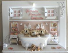 Quadro com ambiente do banho dos gêmeos. Para porta de maternidade e decoração do quarto do bebê. Cores e estampas que você pode escolher. Miniaturas em resina, recortadas a laser, espelho, banheira em porcelana branca, colorida ou decorada a mão e iluminação.  PRODUTO ARTESANAL SUJEITO À ALTERAÇÕES R$ 495,00