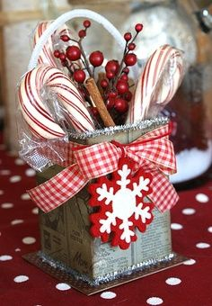 43 Modern Red and White Christmas Centerpiece Ideas Modern red and white christmas centerpieces ideas 16 Noel Christmas, Country Christmas, Christmas Candy, Christmas Projects, Winter Christmas, Holiday Fun, Vintage Christmas, Christmas Gifts, Christmas Kitchen
