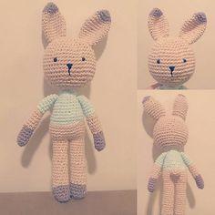 Depois de 2 madrugas... Mais um amigurumi finalizado! Pegando gosto!!! Receita do #amigurumibrasil, aula @historiasemfimamigurumi na @tribodafesta e #biavemver no YouTube  #Amigurumi #amigurumis #croche #crochet @dicasparafesteiras #amigurumidozero #coelho #rabbit #amigurumicoelho #rabbitamigurumi #decoracaobebe #decoracaoinfantil #festainfantil