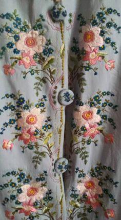costumes Christine Marquise des îles ; détail broderie 18eme fait main à un fil, passé plat et empiétant