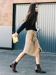 Paris fashion week - love outfit with the boots Looks Street Style, Looks Style, Looks Cool, Fall Looks, Look Fashion, Paris Fashion, Womens Fashion, Fashion Trends, Net Fashion
