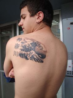 Great Wave off Kanagawa tattoo the grat wave off kanagawa by hokusai got it in japan, yokohama The kanjis are for Kanagawa the prefecture i live Rate of pictures of tattoos, submit your own t Top Tattoos, Tattoos For Guys, Wave Tattoos, Great Wave Off Kanagawa, Tattoo Designs, Tattoo Ideas, Picture Tattoos, Tattoo Inspiration, Tattoo Quotes