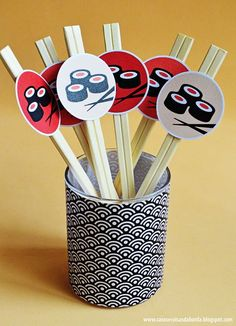 hashis decorados Ninja Birthday Parties, Ninja Party, Birthday Party Themes, Japanese Birthday, Japanese Party, Chinese Party, Asian Party, Diy Sushi, Sushi Party