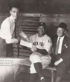 Frank Sinatra and Lou Gehrig in the same picture? Frank Sinatra asks Yankees player Lou Gehrig for an autograph during the 1939 World Series Lou Gehrig, Rare Historical Photos, Rare Photos, Historical Quotes, Vintage Photos, Franck Sinatra, Photos Rares, Nostalgia, Gene Kelly