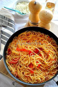 Μακαρονάδα με σάλτσα από πιπεριές Φλωρίνης / Pasta with Florina peppers sauce