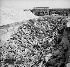 Женщины из охраны СС концлагеря Берген-Бельзен разгружают трупы узников [4]